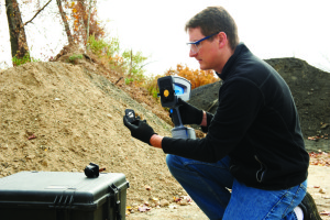 4300 Detector FTIR Handheld Analyzer testing soil